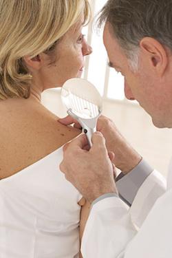 Достаточно часто псориаз возникает в местах механического повреждения кожи, а именно